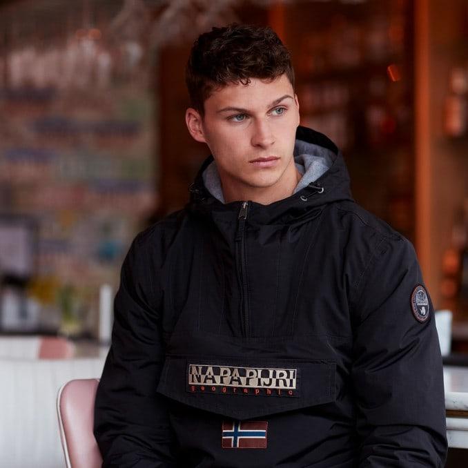 Hombre joven con chaqueta Rainforest negra de Napapijri