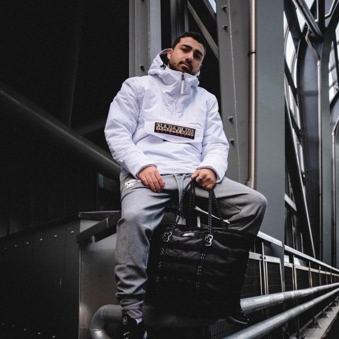 Influencer con chaqueta blanca de Napapijri