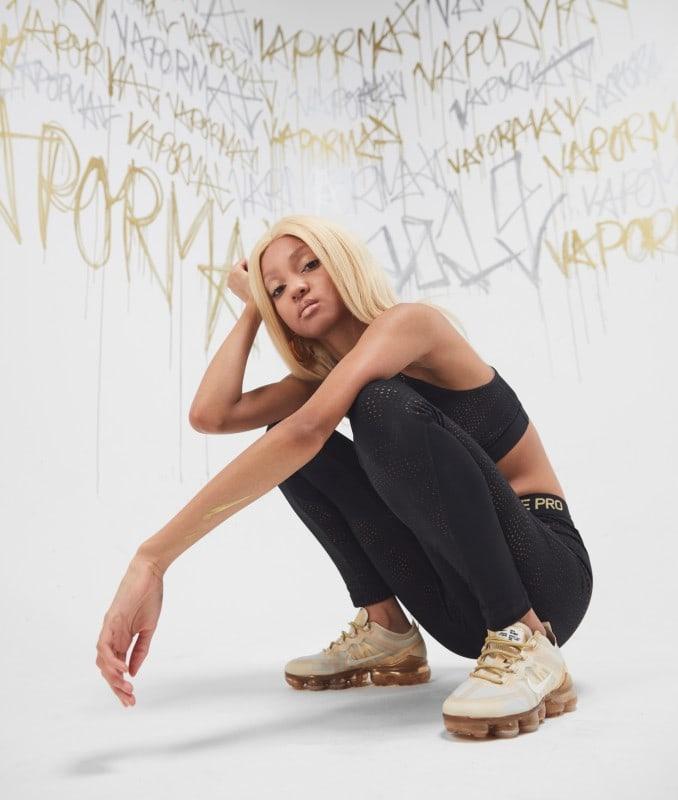 Mujer con zapatillas Nike Air Vapormax 2019 doradas