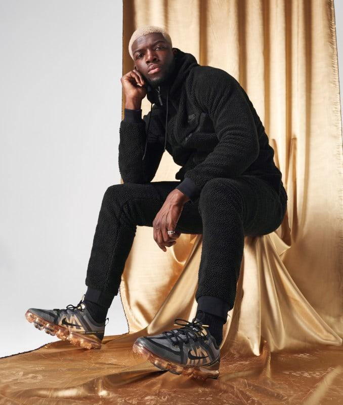 Hombre con zapatillas Nike Air Vapormax 2019 doradas