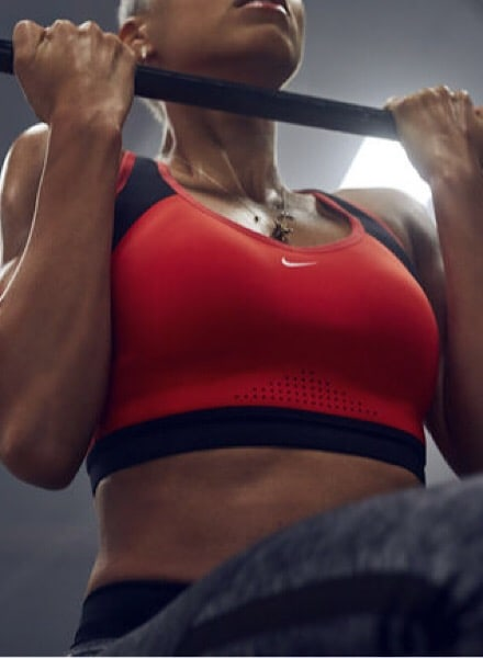 Mujer haciendo ejercicio con pesas