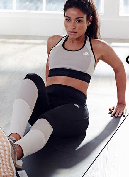 Mujer haciendo ejercicio de triceps
