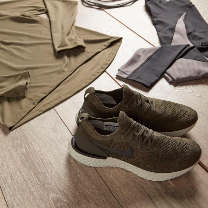 Scarpe da running Nike Epic React Flyknit verdi con abbigliamento sportivo