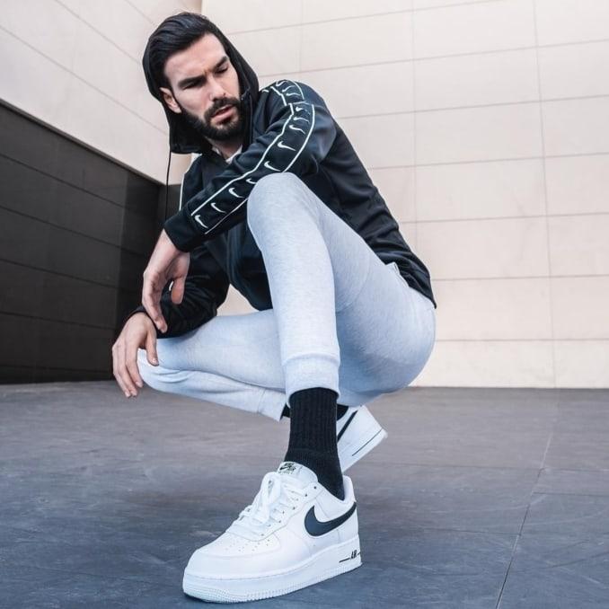 Modelo con look deportivo de Nike y zapatillas Air Force 1