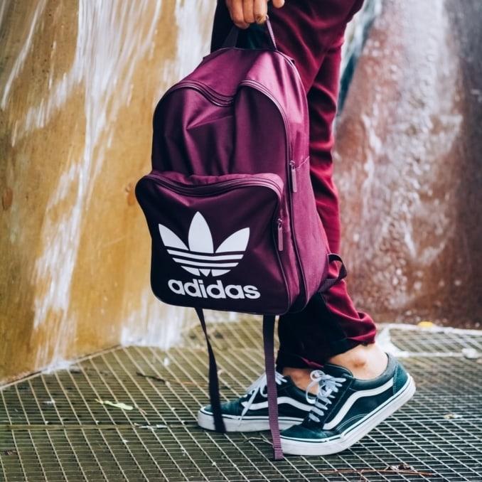 Look deportivo de hombre con zapatillas Vans Old Skool y mochila de adidas Originals