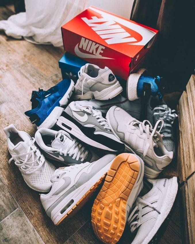 Varias zapatillas blancas y azules