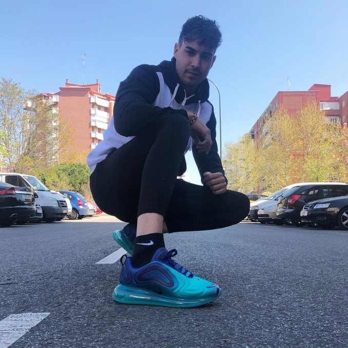 @ivansanchez._ con ropa deportiva y zapatillas Nike Air Max 720 azules