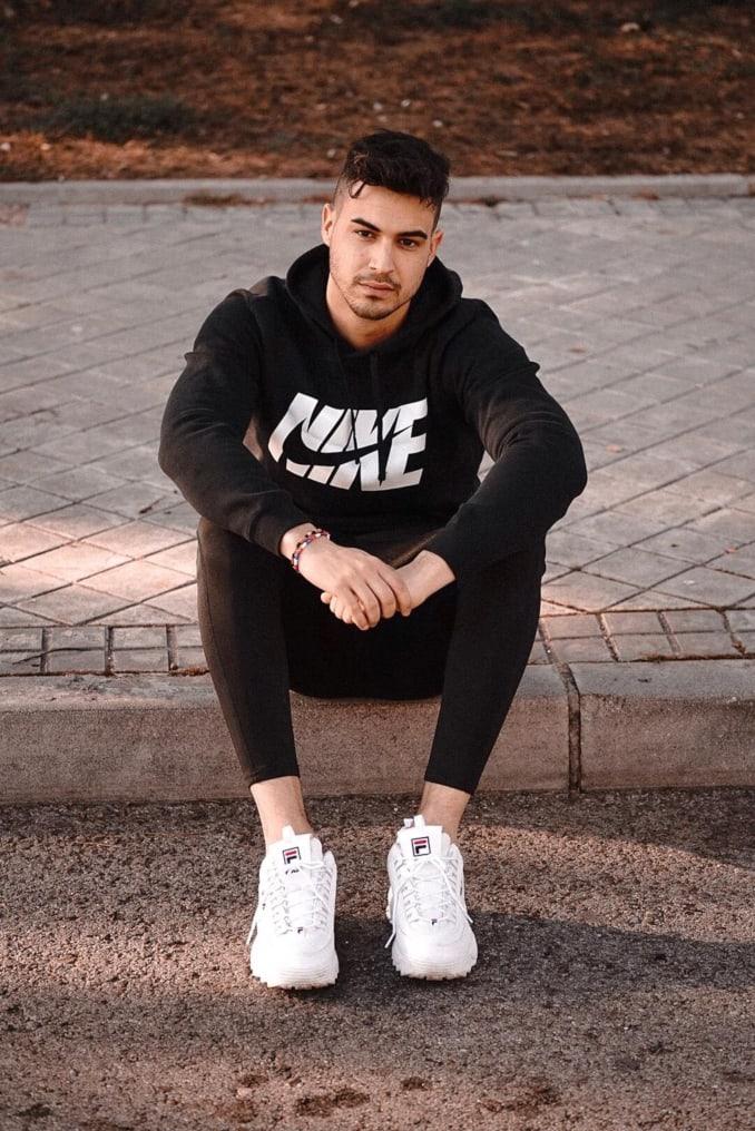 Iván Sánchez con sudadera de Nike y zapatillas Fila Disruptor
