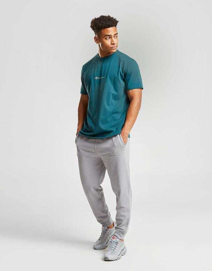 Look de camiseta y pantalón de Mennace