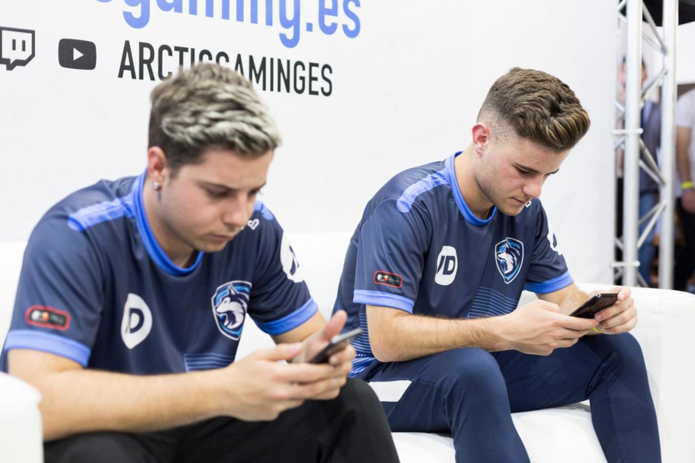 Peke y Serg10 jugando con el móvil en Granada Gaming