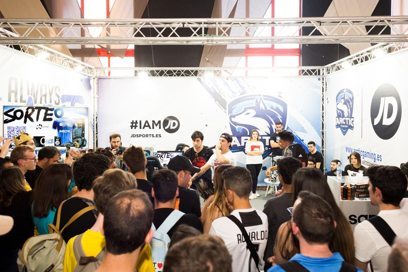 El público escucha el frestyle de Hander y Tirpa en Granada Gaming
