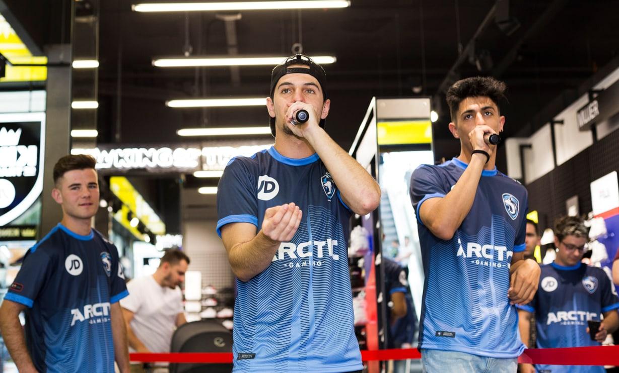Hander y Tirpa rapean en tienda JD Sports de Granada con equipación de Arctic Gaming