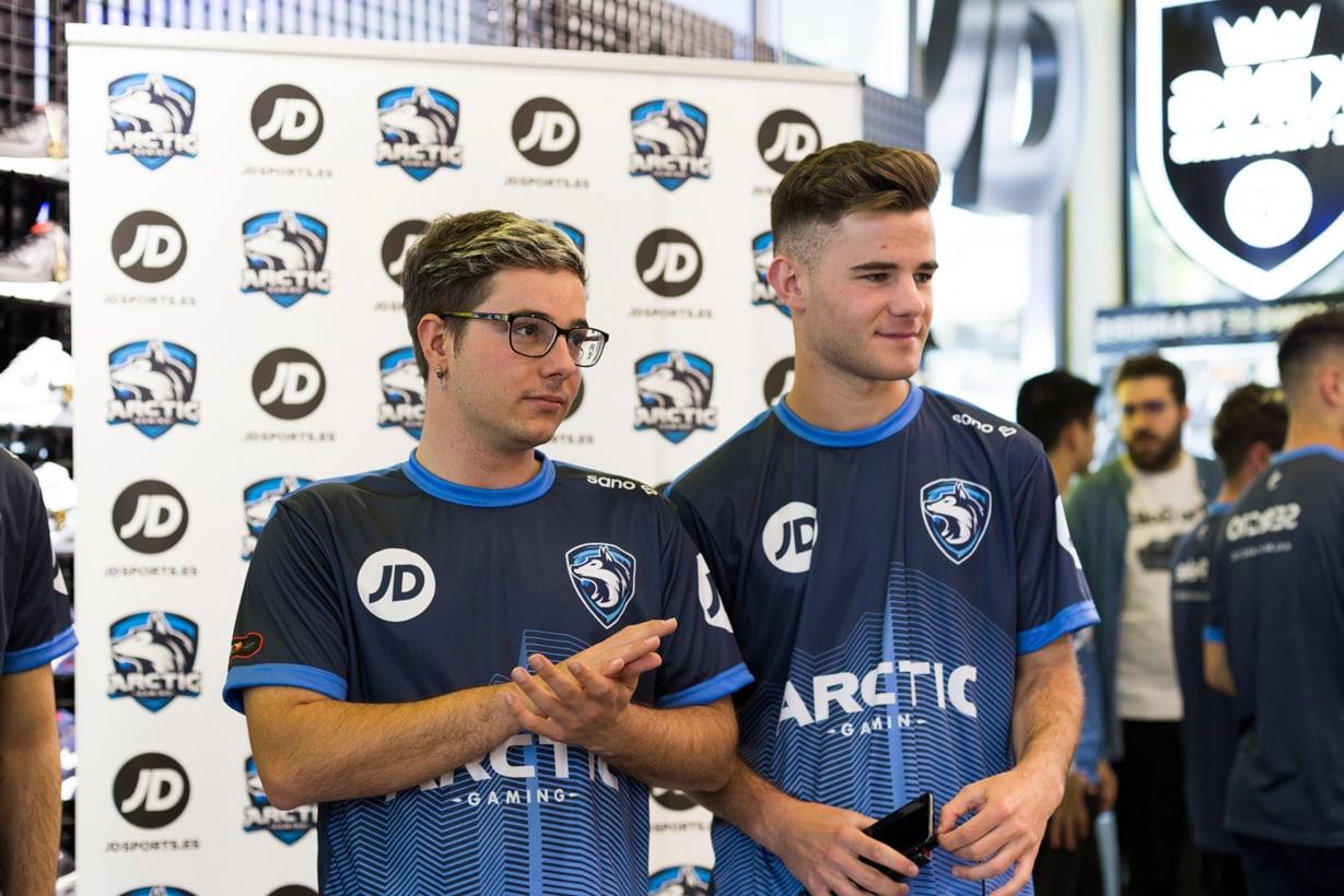 Peke y Serg10 de Arctic Gaming en tienda JD Sports