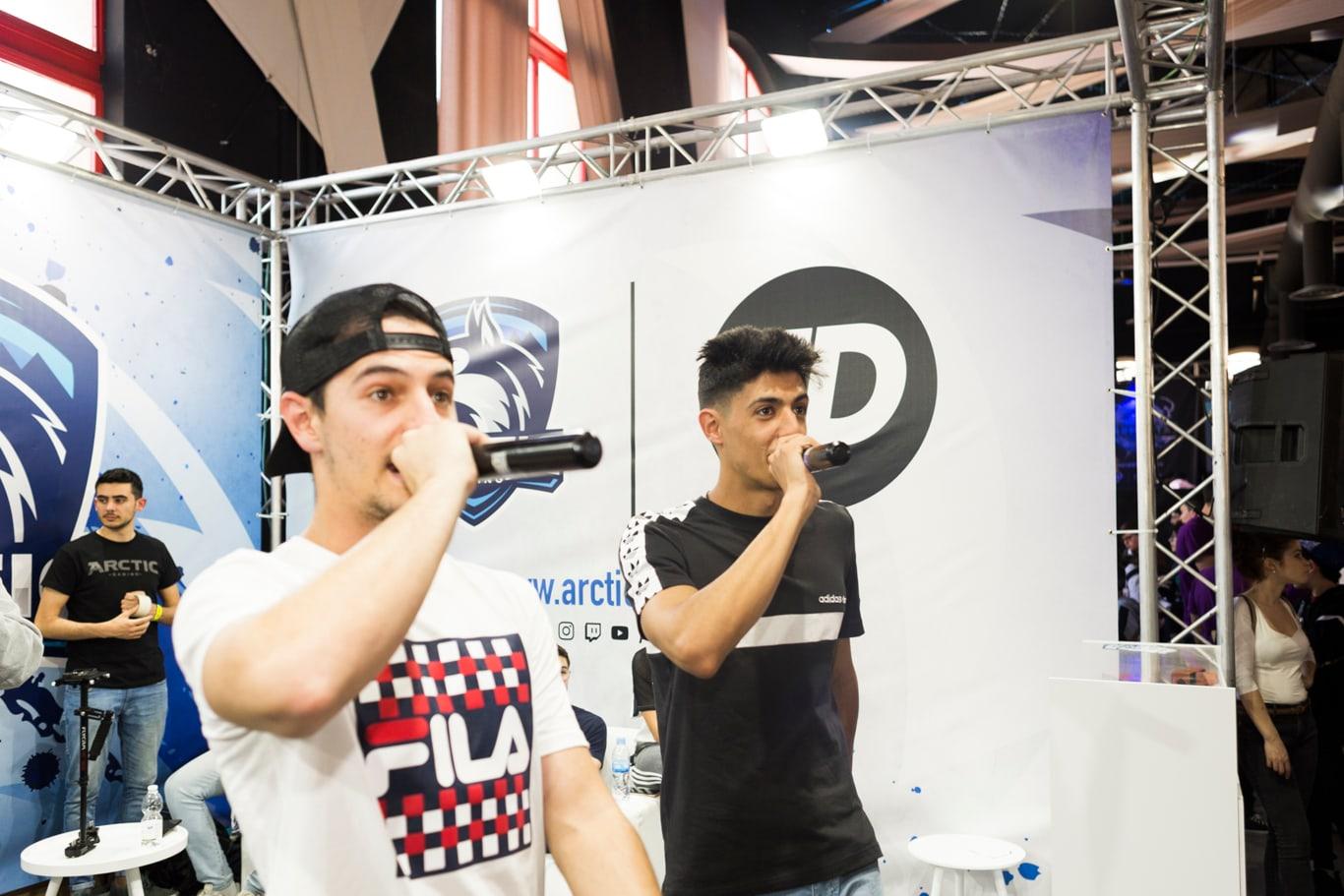 Tirpa y Hander de Urban Roosters hacen rap freestyle en Granada Gaming