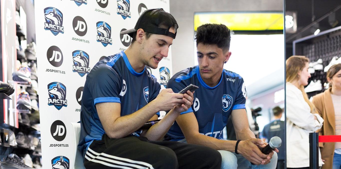 Hander y Tirpa jugando al Clash Royale con el móvil