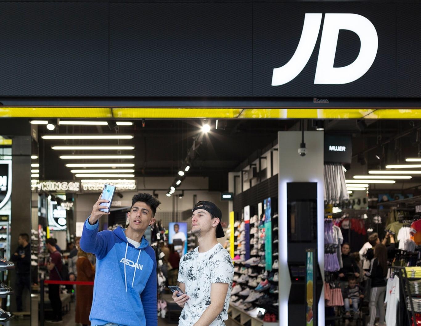 Tirpa y Hander haciéndose un selfie en JD Sports