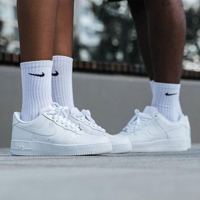 Zapatillas Nike AF1 blancas con calcetines