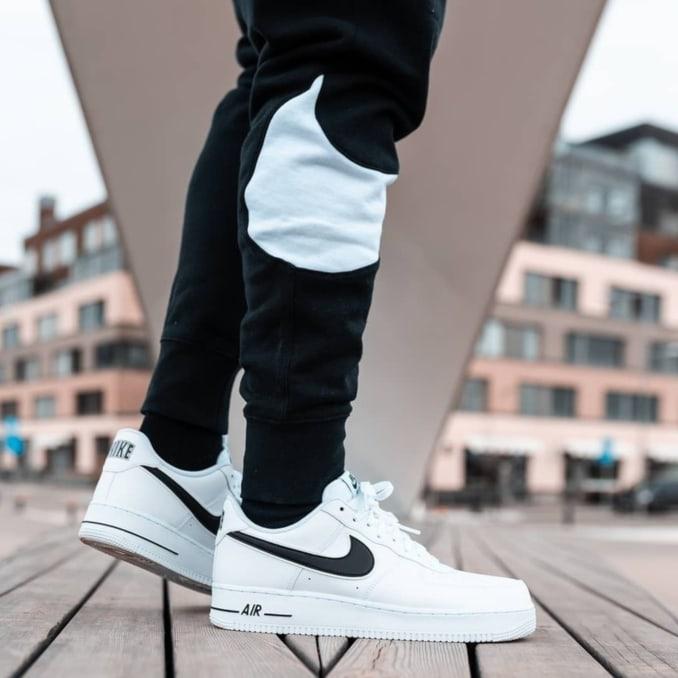 Zapatillas Nike Air Force 1 blancas con logo negro