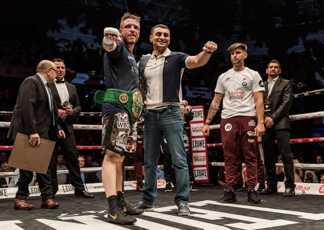 David Avanesyan le entrega el cinturón del triunfo a Kerman Lejarraga