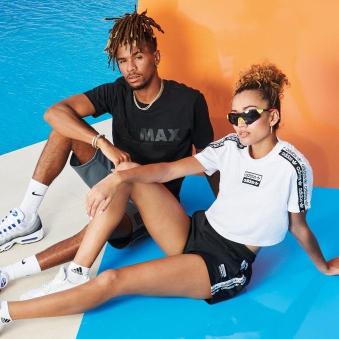 Hombre y mujer con ropa deportiva y calcetines de marca