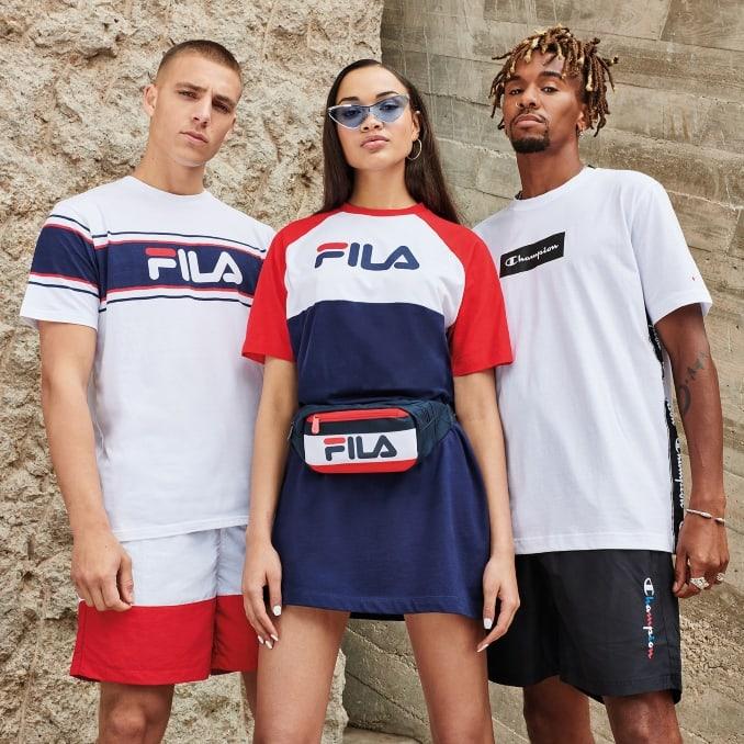Dos hombres y una mujer con ropa de estilo urbano