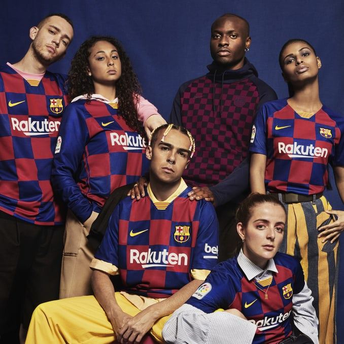 Hombres y mujeres con la camiseta del FC Barcelona