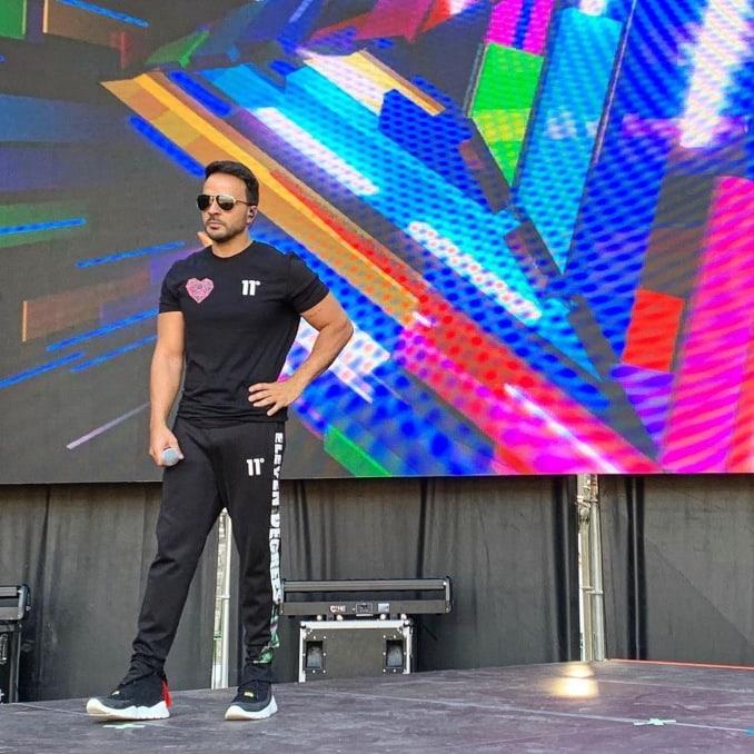 Luis Fonsi ensayando para el concierto con ropa de 11 Degrees
