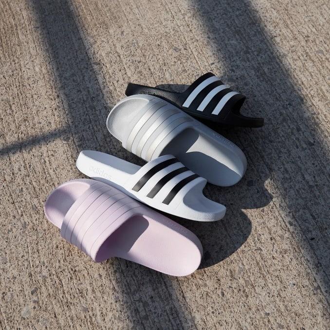 Varios modelos de chanclas Adidas Adilette para mujer