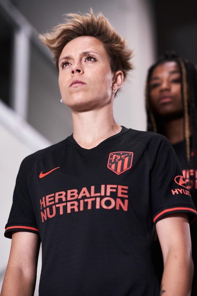 Amanda Sampedro con la nueva camiseta del Atlético de Madrid para la segunda equipación