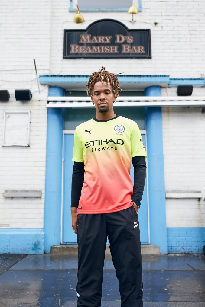 Hombre vistiendo con la tercera equipación del Manchester City para la temporada 2019-2020