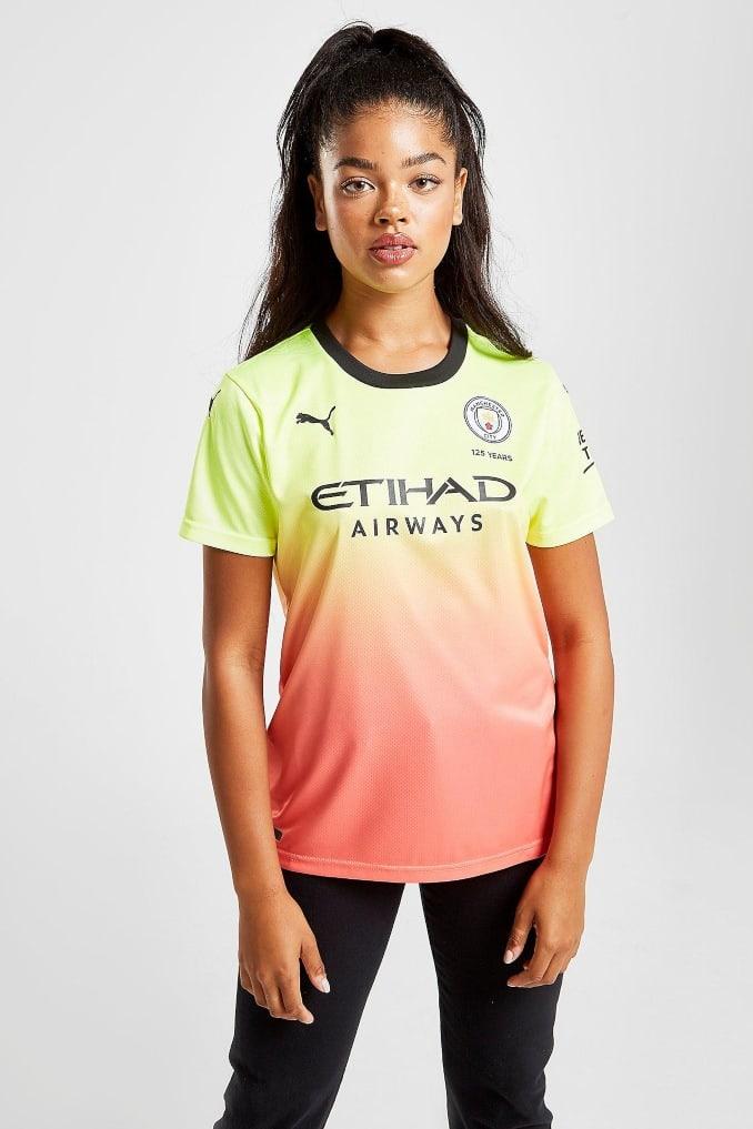 Mujer con la camiseta del Manchester City 19/20 para la tercera equipación