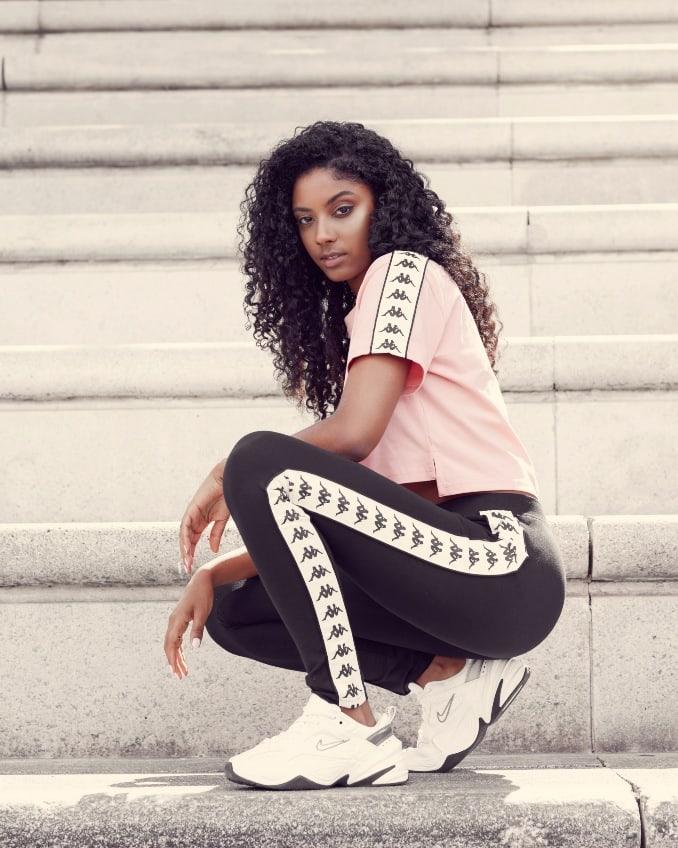 Mujer con camiseta y leggings de Kappa
