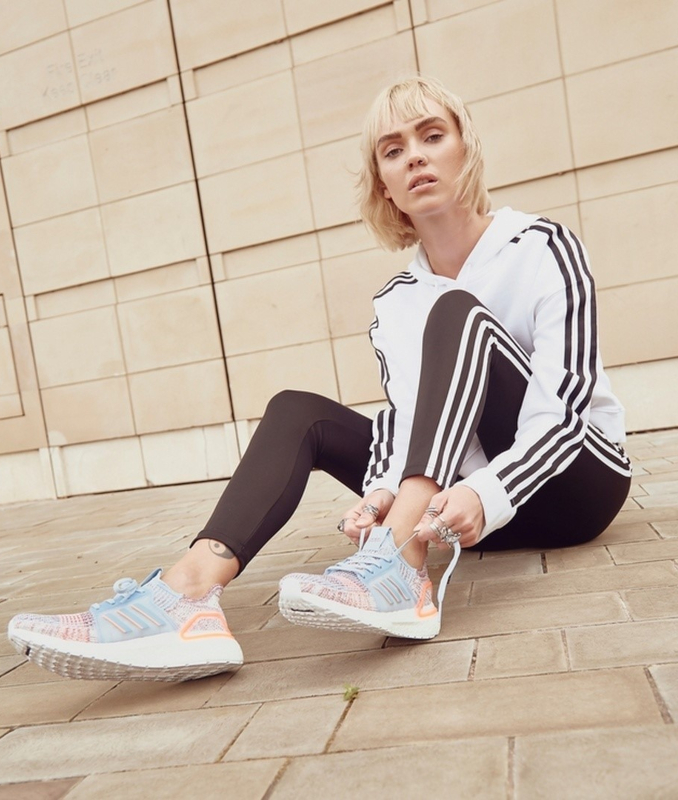 Modelo JD Sports con outfit adidas originals y ultra boost