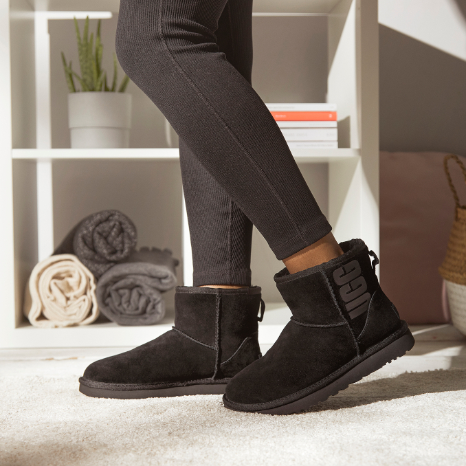 Botas UGG Classic Mini negras para mujer on-feet