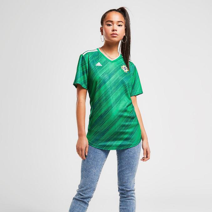 Mujer con la camiseta de Irlanda del Norte para la Eurocopa 2020