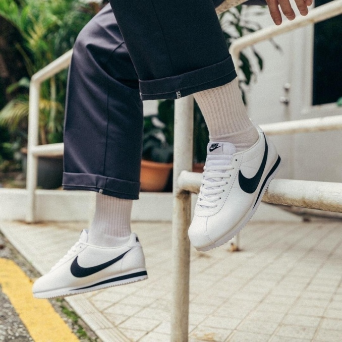 Nike Cortez brancas com o logo preto
