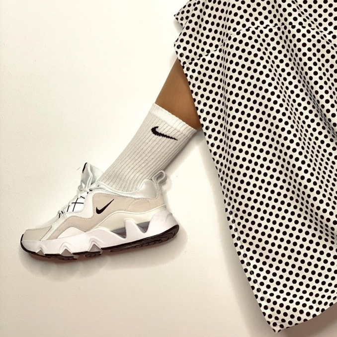 Nike RYZ 365 brancas com saia