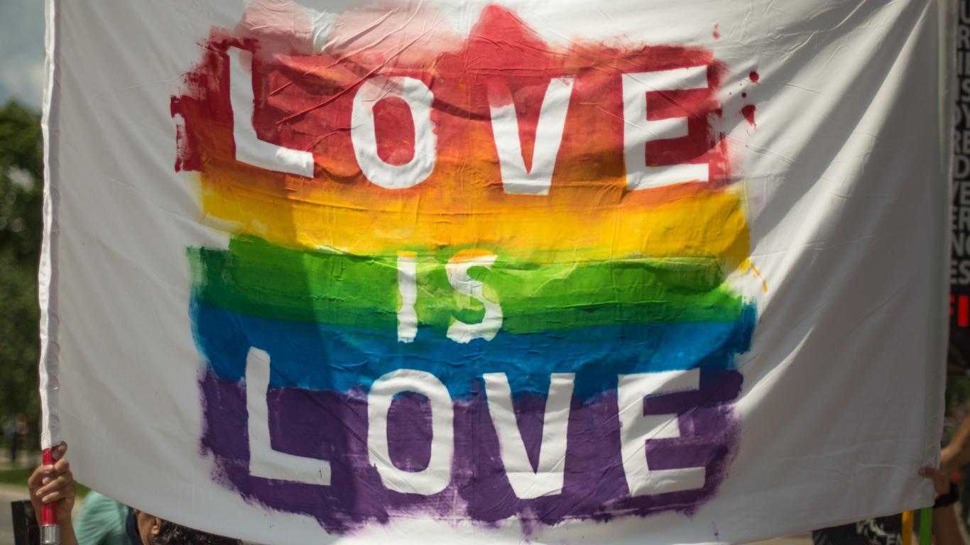 Bandera Love is Love en el día del Orgullo LGTB