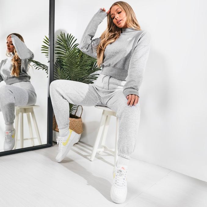 Mujer con ropa de chándal gris