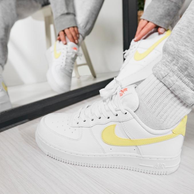 Nike Air Force 1 blancas con logo amarillo