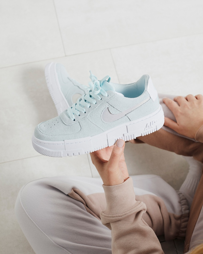 combinar Sapatilhas Nike Air Force 1 Pixel em azul pastel
