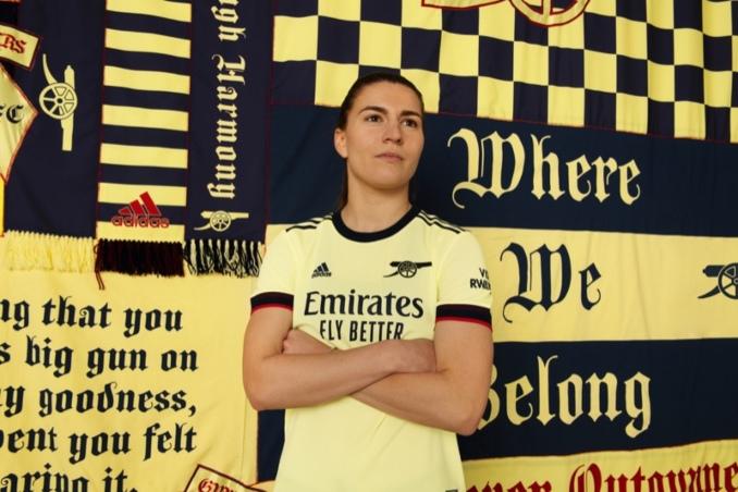 Jugadora del Arsenal con la nueva equipación